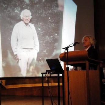 Gösta Adelswärd på en bild fotograferad av Göran Billeson tycks lyssna till dikten Viveka Adelswärd återger