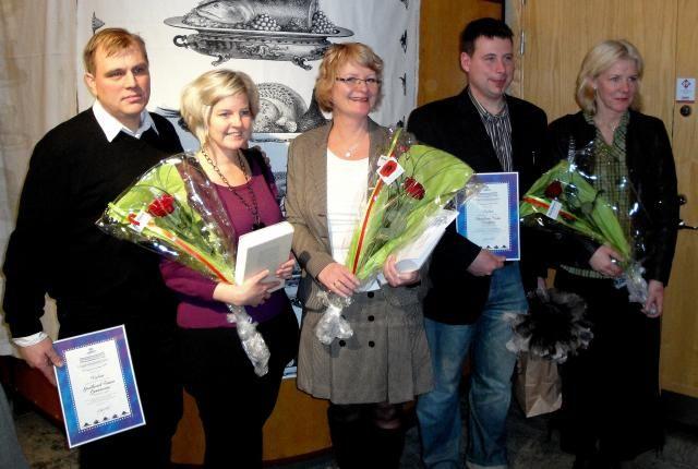Pristagaren Ingrid Kalm omgiven av diplommottagarna från Sänkdalens gård och Vikbolandsstruts