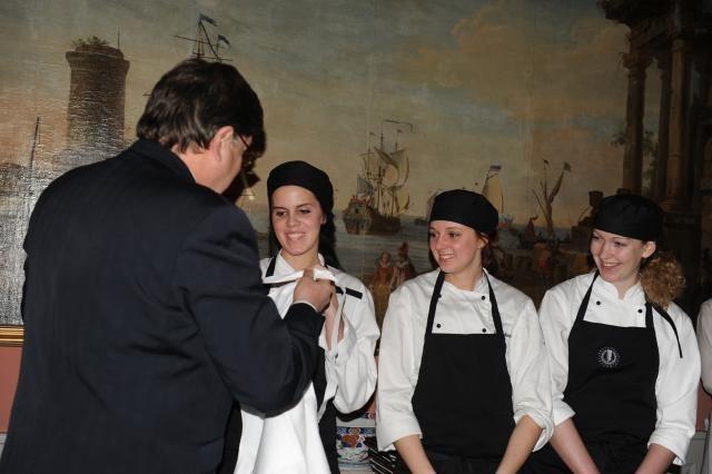 Claes-Göran Österlund ger de duktiga kockarna var sitt förkläde med broderad Hagdahlssymbol